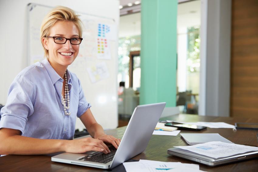 Bildschirmarbeitsplatzbrille für die digitale Welt. Eine Bildschirmarbeitsplatzbrille wird auch PC-Brille oder Arbeitsplatzbrille genannt. Bildschirmarbeitsplatzbrillen erfüllen spezielle Anforderungen für den Computerarbeitsplatz und sind vor allem für das Sehenh am Arbeitsplatz und für das Arbeiten mit digitalen Geräten gedacht. Die Kosten für die Brille trägt oft der Arbeitgeber.